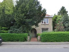 Goed gelegen ruime woning nabij invalswegen. Huis geniet 3 slaapkamers en grote, zonnige tuin.<br /> <br /> Indeling:<br /> Glvl.: Inkom - woonkamer -