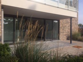 Dit nieuwbouwappartement met twee kamers is gelegen te Zwijnaarde en situeert zich op fietsafstand van het centrum van Gent. Anderzijds zijn de belang