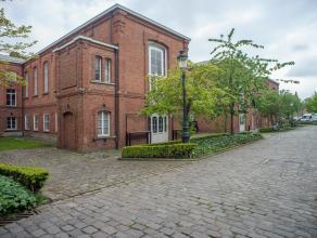 Kantoorruimte (161m²) in het Brugse stadscentrum, op de site Oud Sint-jan.<br /> <br /> Indeling:<br /> De gelijkvloerse ruimte bestaat uit een g