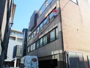 Op een woonoppervlakte van 82 m² vinden we dit appartement met 2 slaapkamers te huur. Gelegen in hartje centrum van Kortrijk. De lichtrijke kamer