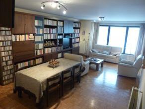 Instapklaar gemeubeld appartement (71 m²) met veel lichtinval; overal parket met zonnig zuidgericht terras en parking <br /> <br /> Appartementin