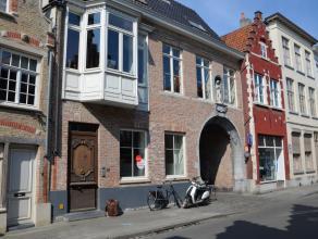 Gelijkvloers appartement met 2 slaapkamers en garage in het centrum van Brugge.<br /> <br /> Indeling:<br /> Glvl.: inkom met apart toilet - woonkamer