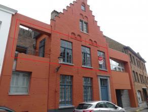 Authentiek en ruim appartement met 2 slaapkamers, terras en autostaanplaats in centrum Brugge. <br /> <br /> Indeling:<br /> 1°V: inkom met vestia