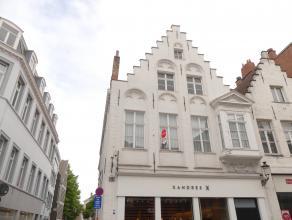 Prachtig authentiek gerenoveerd appartement met 2 slaapkamers in het centrum van Brugge. Gelegen nabij winkels, scholen,...<br /> <br /> Indeling:<br