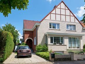 Op een oppervlakte van 303 m² vinden we deze halfopen bebouwing met 2 slaapkamers te huur. Gelegen in een zeer rustige straat vlakbij de Leie en