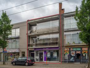 Dit gebouw bestaat uit 3 entiteiten en is gelegen op wandelafstand van Gent Dampoort. Het gelijkvloers heeft 2 inkomdeuren waarvan één d