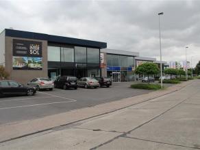 Commerciële ruimte van ca. 230m² met aanpalend atelier van ca. 200m².<br /> <br /> Omvat:<br /> - apart bureel van ca. 20m²<br />