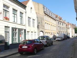 Rijwoning met 2 slaapkamers en gezellig terras in het centrum van Brugge.<br /> <br /> Indeling:<br /> Glvl.: Inkomhal - ingerichte keuken (14m²)