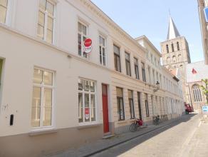 Huis met 2 slaapkamers en zonnig koertje te huur in centrum Brugge. Ruime woning voorzien van aparte inkom naar fietsenberging langs de Sterstraat. <b