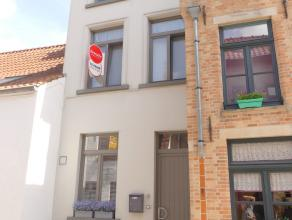 Rijwoning met 3 slaapkamers en gezellig stadskoertje in het centrum van Brugge.<br /> <br /> INDELING: <br /> Glvl: living (40m²) met open keuken