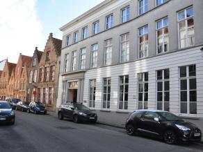 Rustig gelegen duplex appartement met 3 slaapkamers, gemeenschappelijke tuin en autostaanplaats te huur in het centrum van Brugge.<br /> <br /> INDELI