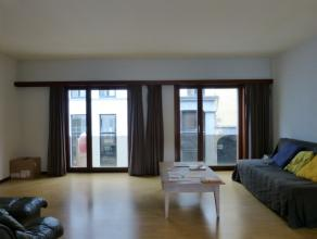 Dit aangenaam appartement is gelegen nabij het historisch centrum van Gent, waardoor winkels en dergelijke op wandelafstand bereikbaar zijn. Het hartj
