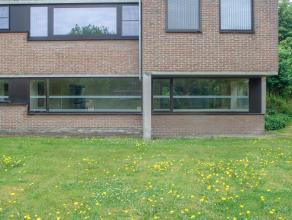 Strategisch maar rustig gelegen kantoor (75m²) tussen Brugge, het Waggelwater en het knooppunt Kust/E40.<br /> <br /> Gelijkvloerse kantoorverdie