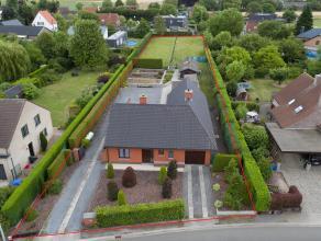 Op een grondoppervlakte van 2.475 m² vinden we deze perfect onderhouden bungalow-villa die te koop staat. Langs vlotte verbindingswegen kan de wo