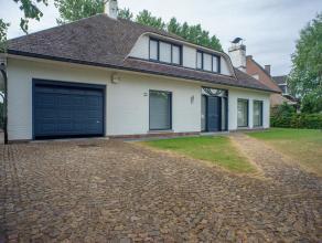 Op een grondoppervlakte van +/- 900 m² vinden we deze witte residentiële villa met 5 slaapkamers. Gelegen nabij het centrum van Beveren met