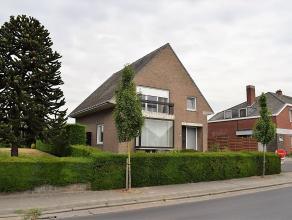 In deze rustige straat nabij het centrum van Beveren-Leie is deze ruime gezinswoning gelegen. De woning omvat 4 slaapkamers, een vernieuwde en moderne