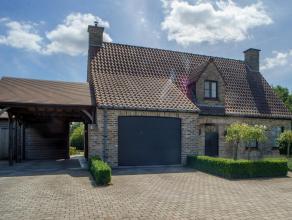 Op een grondoppervlakte van +/- 2.852 m² vinden we deze villa met drie slaapkamers te koop. Gelegen in de nabijheid van invalswegen en op een boo