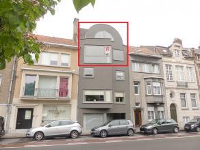 Instapklaar en zonnig duplex-appartement met 3 slaapkamers, terras te huur<br /> <br /> Indeling:<br /> 3°V.: Inkomhal met toilet - living  (35m&s