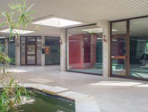 Kantoor/praktijkruimte in winkelcentrum te Sint-Kruis.<br /> <br /> Indeling:<br /> > Gelijkvloers (105m²) ingericht als kantoor/- praktijkrui