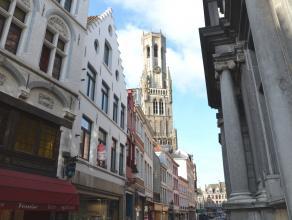 Duplex appartement op 1ste V. met 3 slaapkamers en terras in centrum Brugge.<br /> <br /> Indeling:<br /> Glvl.: Privé inkomhal, mogelijkheid o