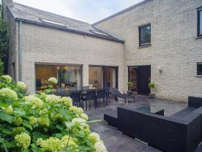 In een rustige, kindvriendelijke woonwijk op een boogscheut van Brugge bevindt zich dit recent en kwalitatief gerenoveerd eengezinshuis op een perceel