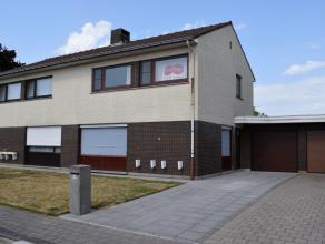 Deze verzorgde woning is gelegen aan het einde van een rustige straat te Beveren-Leie en bevindt zich vlakbij belangrijke invalswegen.<br /> <br /> IN