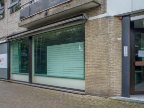 Handelsgelijkvloers in winkelcentrum te Sint-Kruis.<br /> <br /> Indeling:<br /> > Gelijkvloers (105m²) ingericht als winkelruimte. <br /> <br