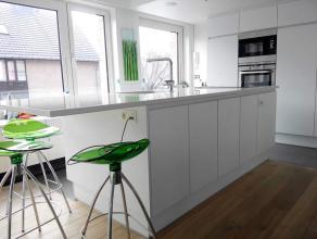 Deze rustig gelegen woning te Roeselare bestaat uit:<br /> <br /> Gelijkvloers: inkom - garage met aansluiting wasmachine en douche - tuin met tuinhui