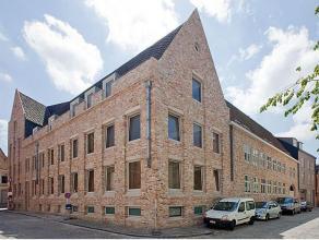 Net buiten het commerciële en historische hart van Brugge bevindt zich dit exclusieve duplex appartement, op een steenworp van alle stadsfacilite