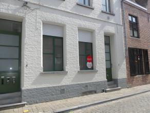 Centraal gelegen gelijkvloers appartement met 1 slaapkamer.<br /> <br /> Indeling:<br /> Glvl.: Inkomhal met gastentoilet - woonkamer - keuken voorzie