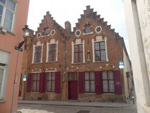 Standingvolle eigendom in hartje Brugge. De woning biedt verschillende woonruimtes, 4 slaapkamers, 2 badkamers en een zonnige stadstuin.<br /> <br />