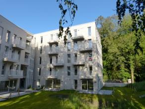 Dit nieuwbouwappartement situeert zich in een nieuwe wijk gelegen in de Voskenslaan te Gent. Op wandelafstand is er het Sint-Pieters station  en versc