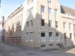 Mooi afgewerkt appartement met 2 slaapkamers in centrum Brugge. <br /> <br /> Indeling: <br /> 1°V.: woonkamer in parket met open keuken voorzien