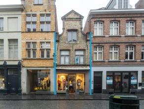 Handelspand op zeer goeie commerciële ligging in het centrum van Brugge.<br /> <br /> Indeling:<br /> > Gelijkvloers (60m²) bestaande uit