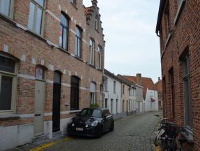 Prachtig gerenoveerde woning met 2 slaapkamers en gezellig terras. De woning werd met kwalitatieve materialen (natuursteen ...) afgewerkt  en behoudt