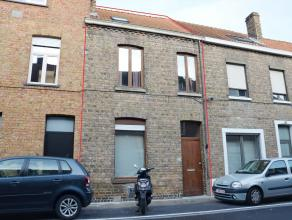 Deze instapklare rijwoning werd uitgebouwd en grotendeels gerenoveerd waardoor de woning beschikt over het hedendaagse wooncomfort. Deze woning is uit