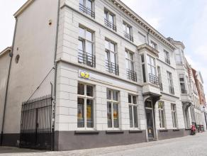 Deze kantoorruimtes bevinden zich op het gelijkvloers van een klasse- en waardevol appartementsgebouw in het historische centrum van Brugge, vlakbij d
