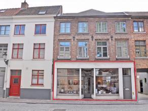 Deze veelzijdige commerciële ruimte van ca. 183 m² is gelegen in het centrum van Brugge. De handelsruimte bevindt zich in een goed onderhoud