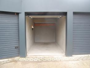 De garagebox is gelegen in de Koopmansstraat nabij het gerechtsgebouw in Brugge. De garagebox is voorzien van een automatische poort en een lichtpunt.