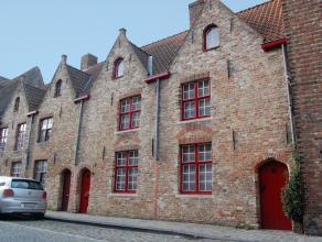 Pittoreske stadswoning in centrum Brugge met unieke historische gevel. Deels bemeubeld Gelijkvloers met ruime living (haard), ingerichte keuken, bijke