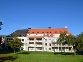 Residentie Komvest : recent en instapklaar nieuwbouwappartement op 1e verdieping met hall, lichtrijke living en ingr. keuken, ruim en zonnig terras, b