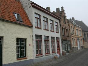 Woning met living (eikenlaminaat), veranda, ingerichte keuken, kelder, terras en tuin (± 90m²). Verdieping met 2 slks, douchekamer. Verdie