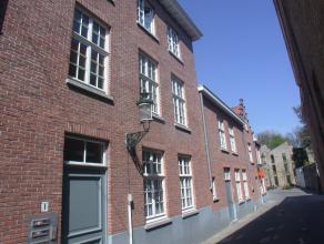 Charmant appartement op 1e verdiep : met hall, toilet, living, keuken, 1 slaapkamer, badkamer. Mogelijkheid tot huren van ondergrondse autostaanplaats