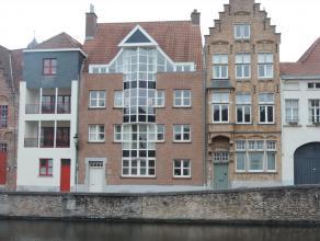 Uniek appartement op 2de verdieping in Centrum Brugge. Dit ruime (185 m²) appartement is voorzien van een inkom met toilet, een ruime living (64