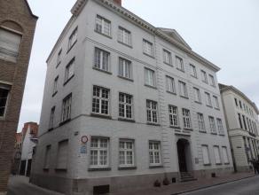 Opgefrist, instapklaar appartement gelegen in Brugge centrum op een 2de verdiep. Het appartement heeft een inkom, lichtrijke living, keuken, 3 slaapka