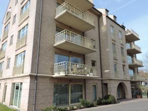 Appartement op de 4de verdieping met inkom, toilet, lichtrijke leefruimte met open keuken, 2 slaapkamers, badkamer met ligbad en dubbele lavabo en ter