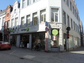 Handelsruimte op zeer goede commerciële ligging in Brugge centrum dichtbij de markt. Gelegen op de hoek van de Geerwijnstraat met de Geldmuntstra