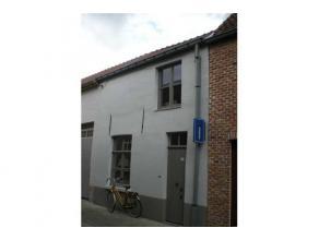 Recent vernieuwde instapklare stadswoning in het centrum van Brugge met living, ingerichte keuken, berging, terras en tuintje. Verdieping met 2 slaapk