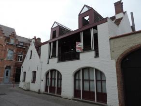 Deze woning is gelegen in het centrum van Brugge in een zijstraat van de Ezelstraat dichtbij verschillende winkels, restaurants, bushaltes, Via een st