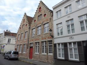 Deze unieke parel biedt vele mogelijkheden en is gelegen in het hartje van Brugge. Dichtbij alle winkels, restaurants, bushaltes, Vlotte bereikbaarhei